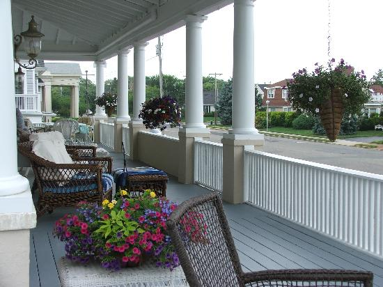 The Sandpiper Inn: Wraparound porch