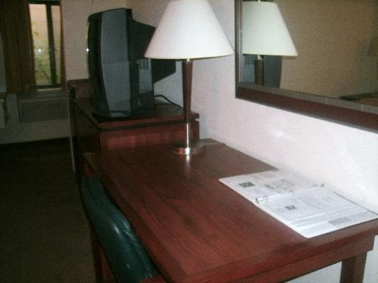 Quality Inn Waukegan: Desk area