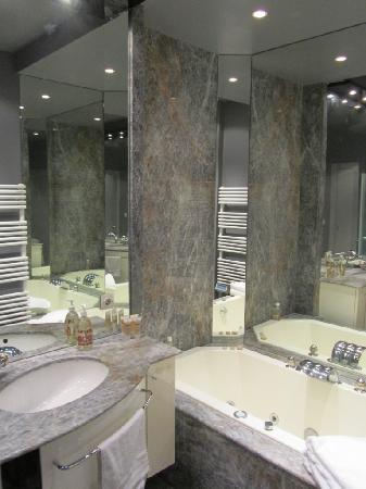 Bed and Breakfast VIP Champs Elysees : Salle de bains avec baignoire, douche, wc privés - Bathroom with bathtub, shower and private toi