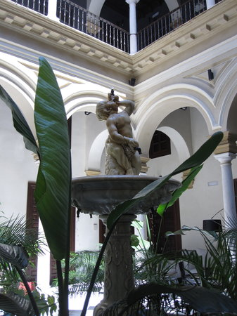 AlmaSevilla - Hotel Palacio de Villapanes: Beautiful Fountain in the hotel lobby