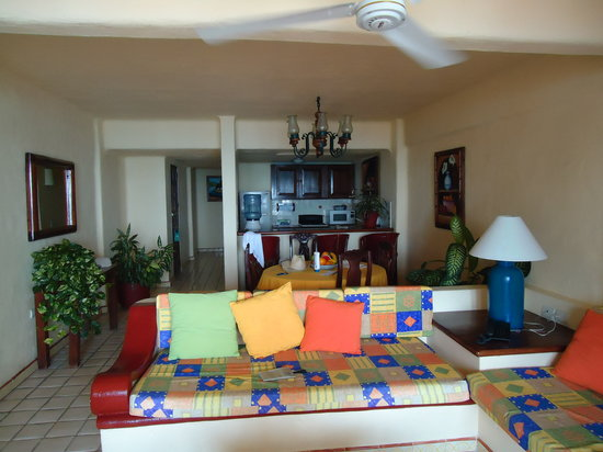 Lindo Mar Resort: The living room and kitchen