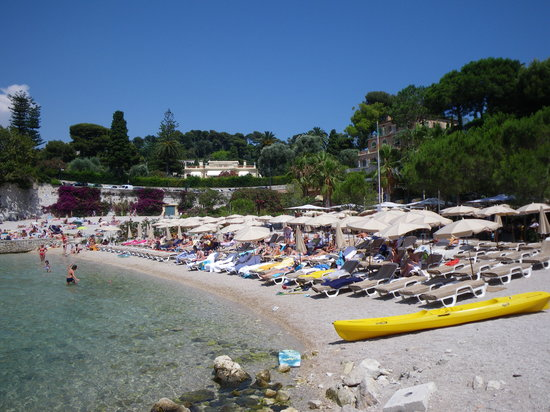 St-Jean-Cap-Ferrat, Γαλλία: beach and restaurant behind the lounge chairs
