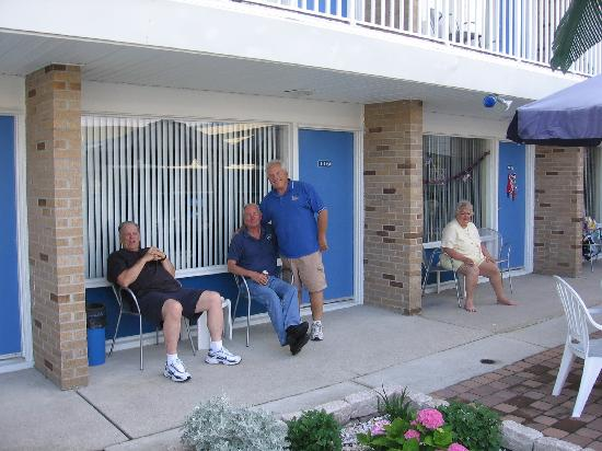 Tangiers Resort Motel: Dad an Bruce and also Mom in the picture