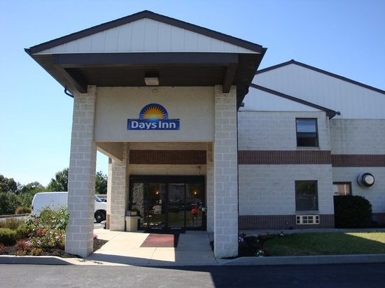 Days Inn Lancaster / Ronks PA Dutch Country: Hotel Front