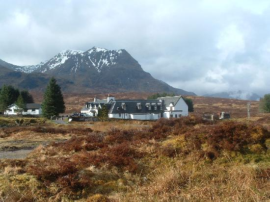 Glencoe Village, UK: Hotel and Mountains