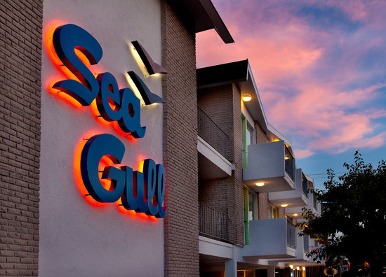 Sea Gull Motel: Sky blue pink!