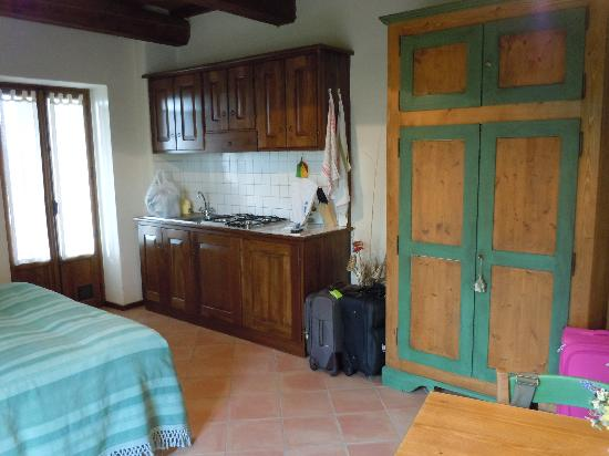Agriturismo Monte Valentino: kitchenette and front door