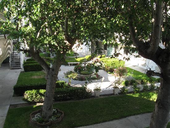 Motel 6 Monterey - Marina: Garden at center of Motel