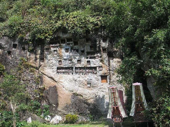 Rantepao, Indonesia: Cliff tombs with effigies