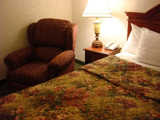 Drury Inn &amp; Suites Creve Coeur: Nice bedspread