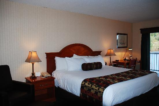 The Inn on Long Lake: Luxurious King Bed