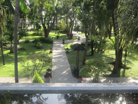 Ramada Bintang Bali Resort: gardens leading to pool and beach.