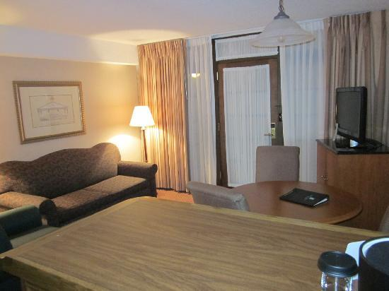 Embassy Suites Hotel Chicago - Schaumburg / Woodfield: Bar/living room