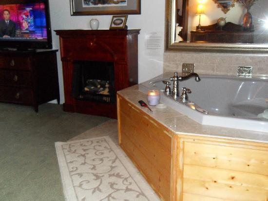 Echo Canyon Spa Resort: In-room jacuzzi tub