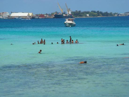 Majuro, Marshallerne: Children playing in the lagoon side
