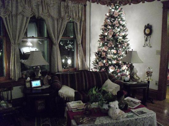 Keystone Inn Bed and Breakfast : Cozy Victorian living room area for guests.