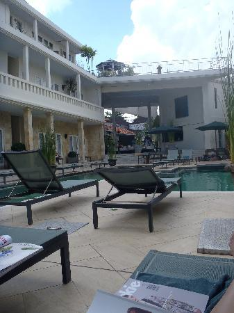 Bali Court Hotel and Apartments: Pool area