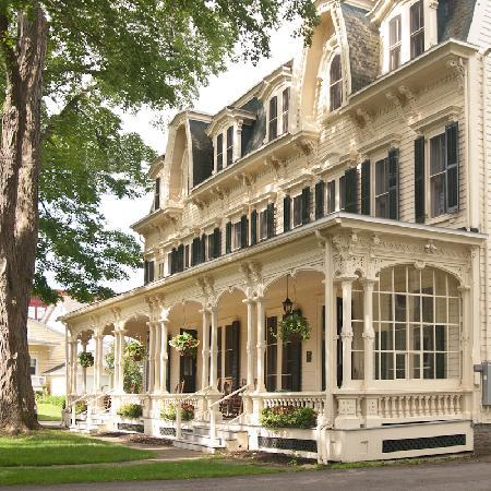 The Inn at Cooperstown: Enjoy our beautiful front porch and park-like lawn