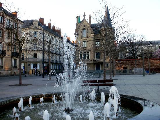 Rennes, France: Calle y fuente
