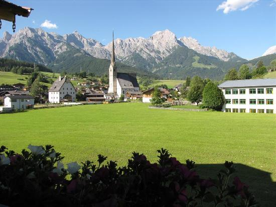 Maria Alm, Oostenrijk: View from the hotel to the village and mountains