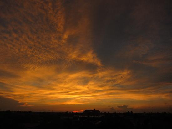 The Cashew Nut Guest House: Another wonderful rooftop sunset.. Bring your camera!