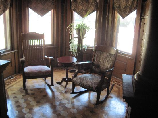Market Street Inn: small seating area on main floor in an alcove