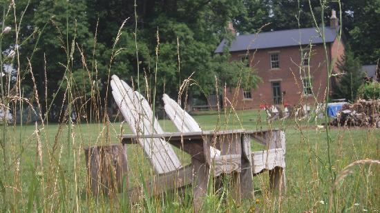 Murphin Ridge Inn: The relaxation chairs by the field