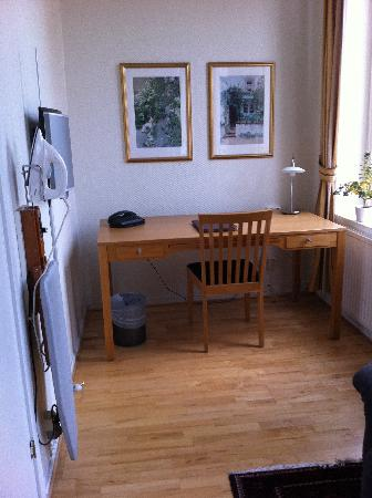 Hotel Concordia: Work desk, iron and ironing board