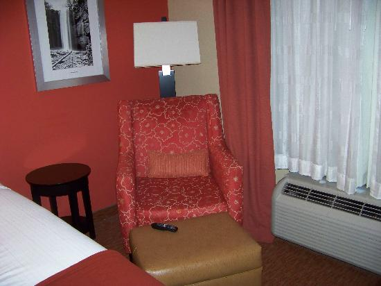 Holiday Inn Express &amp; Suites Chattanooga Downtown: Armchair &amp; AC unit (controlled by wall thermostat)