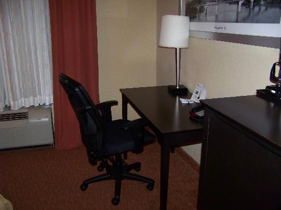 Holiday Inn Express &amp; Suites Chattanooga Downtown: Desk