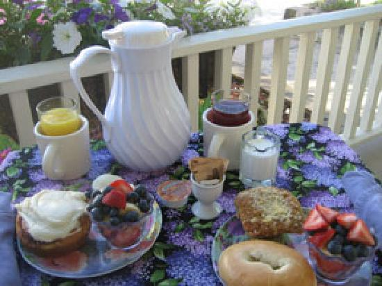 Market Street Inn: Breakfast in the morning (front porch of Inn)