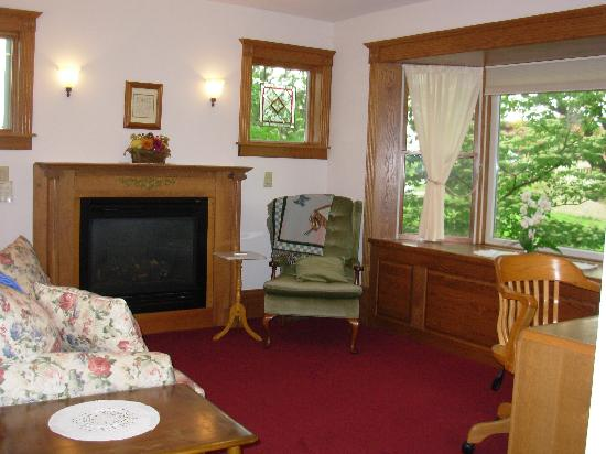 Whispering Winds Retreat Haven: Sitting Room of Nightingale Suite