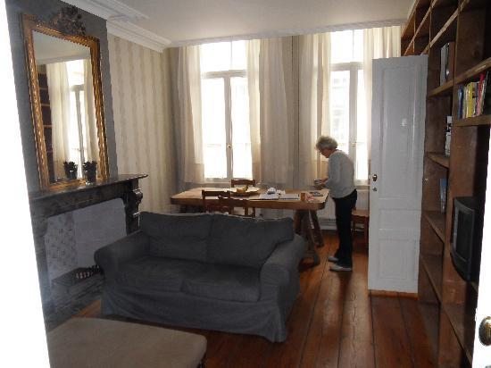 Ridderspoor Holiday Flats: Lounge/dining room with huge table and lots of  light from windows overlooking the street