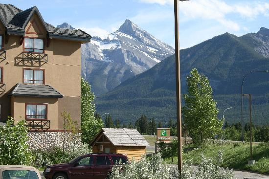 Holiday Inn Canmore: Outside of the Hotel