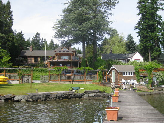 MoonDance Inn: The view of the house from the private jetty