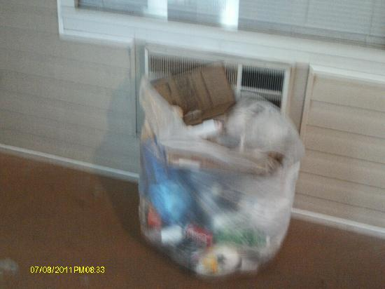Chincoteague Inn: Garbage in the hallway
