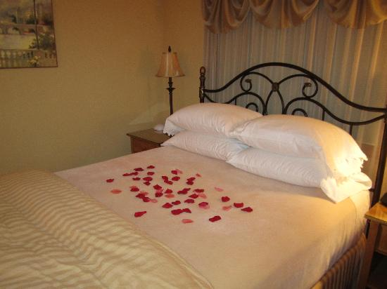 Acorn Hollow Bed and Breakfast: A warm and romantic welcome for the mini-mooners!