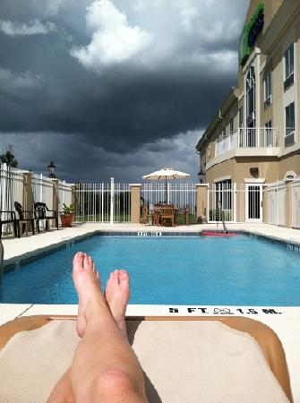 Holiday Inn Express Lake Wales N - Winter Haven: avoiding the rain, at the pool.