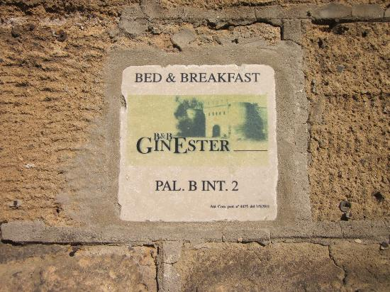 B&B GinEster: Beautiful stone on outside gate