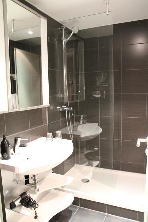 Adagio Berlin Kurfurstendamm: the clean looking bathroom