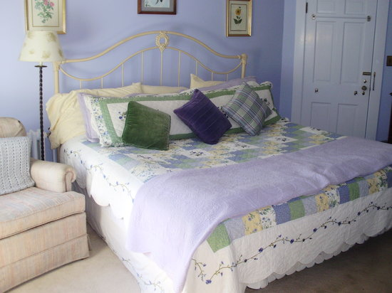 Home Port Inn: Comfortable Bed and Cozy Room