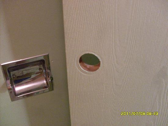 Howard Johnson Inn Cincinnati: NO DOOR KNOB ON BATHROOM DOOR