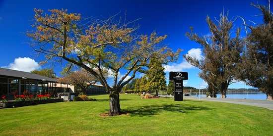Distinction Te Anau Hotel and Villas: Distinction Te Anau Hotel &amp; Villas - Lake Front Drive