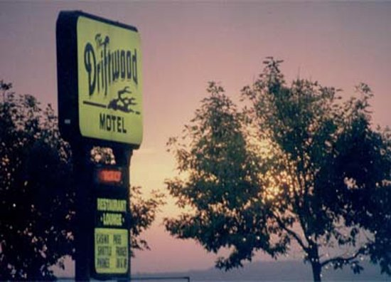 Driftwood Motel: Beautiful sunsets over the harbor