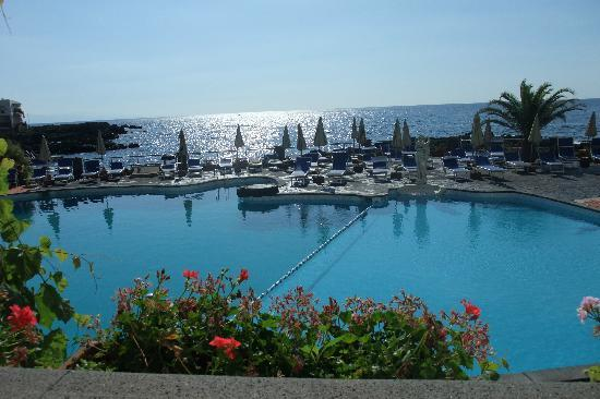 Giardini Naxos, Italia: The lovely pool with seawater.