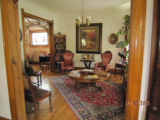 Lennox House Bed and Breakfast: Parlor leading to dining room