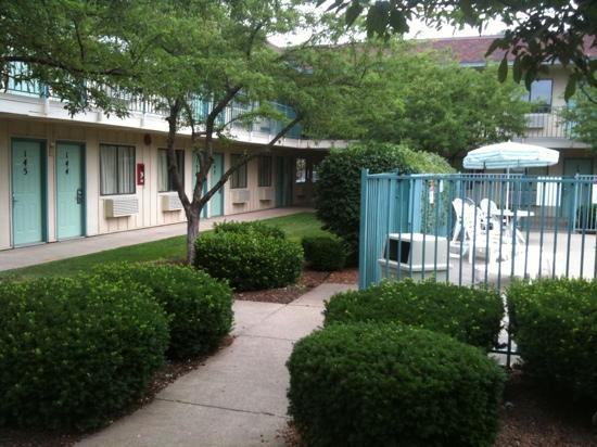Motel 6 Cleveland - Lorain / Amherst: rooms overlooking the pool