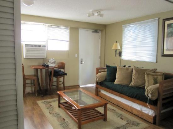 The Cabana at Waikiki: Living area, trundle bed.