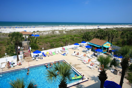 Holiday Isle Oceanfront Resort: Pool are and beach in the Summer