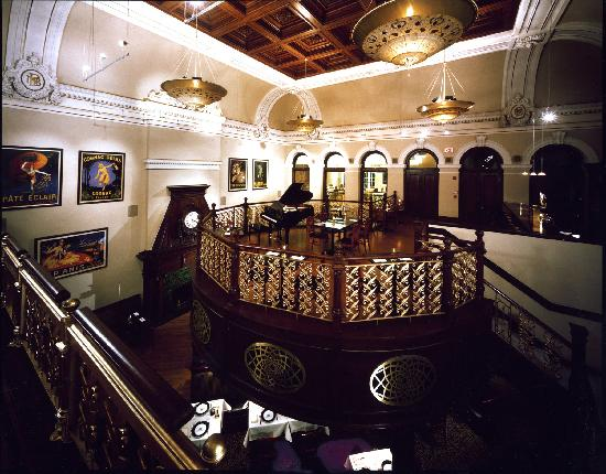 Лизбург, Вирджиния: View of the piano bar and dining room below at Lightfoot Restaurant.